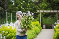 A florist selecting flowers and plants from the garden to create an arrangement. Organic garden. 11093011440| 写真素材・ストックフォト・画像・イラスト素材|アマナイメージズ