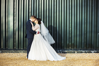 A bride and bridegroom on their wedding day, kissing each other.  11093011610| 写真素材・ストックフォト・画像・イラスト素材|アマナイメージズ