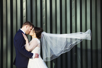 A bride and bridegroom on their wedding day, kissing each other.  11093011612| 写真素材・ストックフォト・画像・イラスト素材|アマナイメージズ