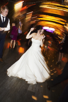 A bride dancing at her wedding party.  11093011620| 写真素材・ストックフォト・画像・イラスト素材|アマナイメージズ