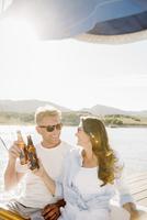 Man and woman on a sail boat, having a drink. 11093012062| 写真素材・ストックフォト・画像・イラスト素材|アマナイメージズ