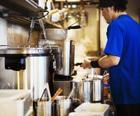 The ramen noodle shop. A chef working in a kitchen. 11093012148| 写真素材・ストックフォト・画像・イラスト素材|アマナイメージズ
