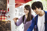 Two Japanese tourist shopping at a street stall.  11093012469| 写真素材・ストックフォト・画像・イラスト素材|アマナイメージズ