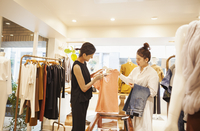 Woman working in a fashion boutique in Tokyo, Japan, serving a customer. 11093012546| 写真素材・ストックフォト・画像・イラスト素材|アマナイメージズ