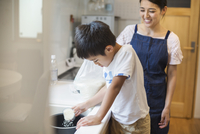 Family home. A mother and son standing at a sink.  11093012707| 写真素材・ストックフォト・画像・イラスト素材|アマナイメージズ
