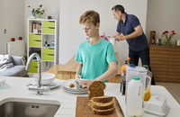 A family home. A man and a boy clearing away plates after breakfast. 11093013130| 写真素材・ストックフォト・画像・イラスト素材|アマナイメージズ