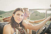 A couple on a road trip in the mountains side by side in a jeep. 11093013787| 写真素材・ストックフォト・画像・イラスト素材|アマナイメージズ