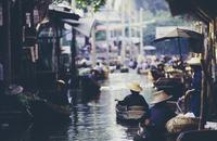 Damnoen Saduak Floating Market, a woman selling goods from boats in floating market 11093014229| 写真素材・ストックフォト・画像・イラスト素材|アマナイメージズ