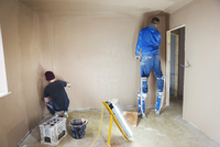 An electrician and plasterer working on the walls of a house under construction. 11093014419| 写真素材・ストックフォト・画像・イラスト素材|アマナイメージズ