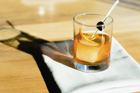 A glass of whiskey on a table outside. 11093014660| 写真素材・ストックフォト・画像・イラスト素材|アマナイメージズ