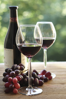 Two wine glasses and a bottle of red wine with a bunch of red grapes on a table. 11093014697| 写真素材・ストックフォト・画像・イラスト素材|アマナイメージズ
