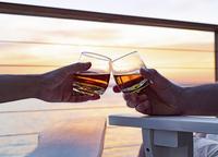 Two hands holding glasses of whisky, celebrating. 11093014714| 写真素材・ストックフォト・画像・イラスト素材|アマナイメージズ