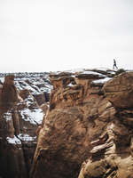 A person standing on the top of a gorge in winter, looking over the landscape. 11093014872| 写真素材・ストックフォト・画像・イラスト素材|アマナイメージズ