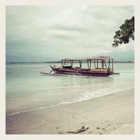 Indonesia, Gili Islands, Beach with traditional fishing boat 11094001502| 写真素材・ストックフォト・画像・イラスト素材|アマナイメージズ
