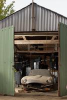 barn find image of E-Type Jaguar behind old garage doors 11095000146| 写真素材・ストックフォト・画像・イラスト素材|アマナイメージズ