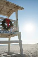 Lifeguard stand with Christmas wreath. 11095000178| 写真素材・ストックフォト・画像・イラスト素材|アマナイメージズ