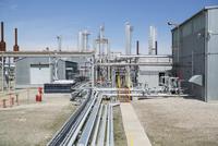 Pipes and equipment at gas plant 11096000962  写真素材・ストックフォト・画像・イラスト素材 アマナイメージズ