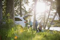 Family unpacking car at campsite 11096002382| 写真素材・ストックフォト・画像・イラスト素材|アマナイメージズ