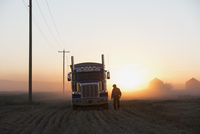 Truck driver near semi-truck in rural field 11096004807| 写真素材・ストックフォト・画像・イラスト素材|アマナイメージズ