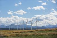 Wind turbines in sunny rural field 11096004824  写真素材・ストックフォト・画像・イラスト素材 アマナイメージズ