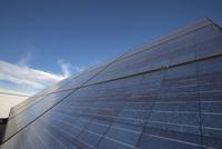 Solar panels below sunny blue sky 11096004840  写真素材・ストックフォト・画像・イラスト素材 アマナイメージズ