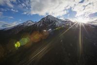 Sun shining over majestic mountains 11096004845| 写真素材・ストックフォト・画像・イラスト素材|アマナイメージズ