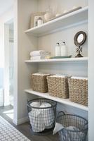 Baskets and items on bathroom shelves 11096004888| 写真素材・ストックフォト・画像・イラスト素材|アマナイメージズ