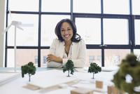 Portrait of confident architect with models and blueprints 11096005459  写真素材・ストックフォト・画像・イラスト素材 アマナイメージズ