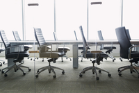 Chairs around empty conference room table 11096007324| 写真素材・ストックフォト・画像・イラスト素材|アマナイメージズ