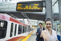 Business people waiting at train station platform 11096012491| 写真素材・ストックフォト・画像・イラスト素材|アマナイメージズ
