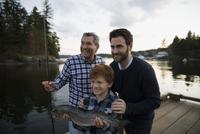 Multi-generation men caught fish lake dock sunset 11096015366| 写真素材・ストックフォト・画像・イラスト素材|アマナイメージズ