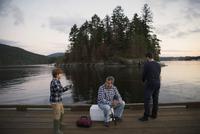 Multi-generation men fishing on lake dock 11096015368| 写真素材・ストックフォト・画像・イラスト素材|アマナイメージズ