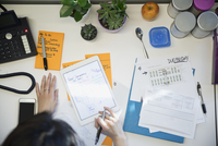 Overhead view businesswoman using digital tablet at desk 11096018454  写真素材・ストックフォト・画像・イラスト素材 アマナイメージズ
