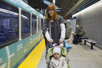 Mother pushing son in stroller subway station platform 11096018776| 写真素材・ストックフォト・画像・イラスト素材|アマナイメージズ