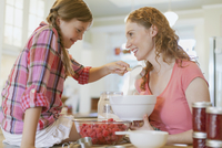 Mother and daughter making jam together. 11096020827| 写真素材・ストックフォト・画像・イラスト素材|アマナイメージズ
