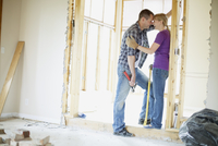 couple being affectionate while renovating 11096022376| 写真素材・ストックフォト・画像・イラスト素材|アマナイメージズ