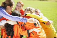 Coach huddling with girls soccer team. 11096024644| 写真素材・ストックフォト・画像・イラスト素材|アマナイメージズ