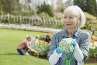 portrait of mature female gardener 11096025494| 写真素材・ストックフォト・画像・イラスト素材|アマナイメージズ