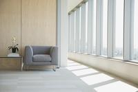 Seating area in hallway 11096026347| 写真素材・ストックフォト・画像・イラスト素材|アマナイメージズ