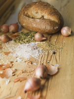 Loaf of bread and onions with spices on wooden counter 11096026576| 写真素材・ストックフォト・画像・イラスト素材|アマナイメージズ