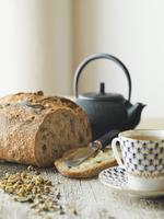 Bread loaf with tea on counter 11096026624| 写真素材・ストックフォト・画像・イラスト素材|アマナイメージズ