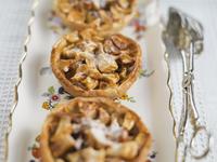 Individual apple tarts arranged on tray 11096027935| 写真素材・ストックフォト・画像・イラスト素材|アマナイメージズ