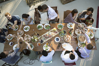 Friends dining around long dining table at wedding reception 11096029613| 写真素材・ストックフォト・画像・イラスト素材|アマナイメージズ