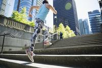 Runner ascending city steps 11096029801| 写真素材・ストックフォト・画像・イラスト素材|アマナイメージズ
