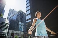 Woman jumping rope in city 11096029803| 写真素材・ストックフォト・画像・イラスト素材|アマナイメージズ