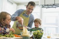 Father putting spaghetti into bowl as sons watch. 11096030856| 写真素材・ストックフォト・画像・イラスト素材|アマナイメージズ