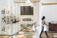 Woman employee working in coffee shop 11096031033| 写真素材・ストックフォト・画像・イラスト素材|アマナイメージズ