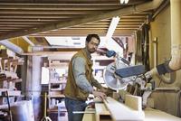 Woodworker measuring wood in workshop 11096031188  写真素材・ストックフォト・画像・イラスト素材 アマナイメージズ