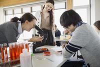 High school students using microscope in science class 11096033057| 写真素材・ストックフォト・画像・イラスト素材|アマナイメージズ