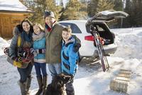 Portrait of happy family on ski holiday 11096033575| 写真素材・ストックフォト・画像・イラスト素材|アマナイメージズ